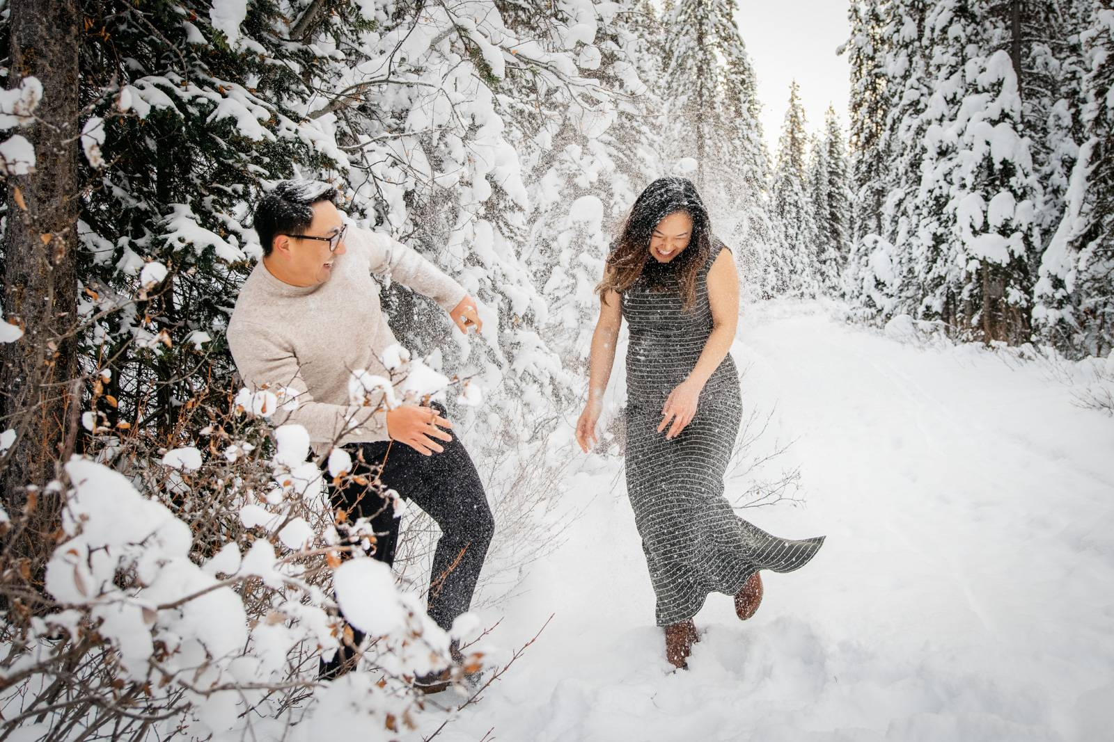 couple-having-fun-in-the-snow