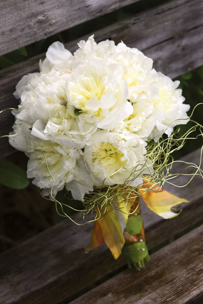Debbie Hemingway Created This Eye Catching Bouquet Of Magnificent Duchesse De Nemours Peonies The Luxurious Nature Flowers Is Uniquely Juxtaposed