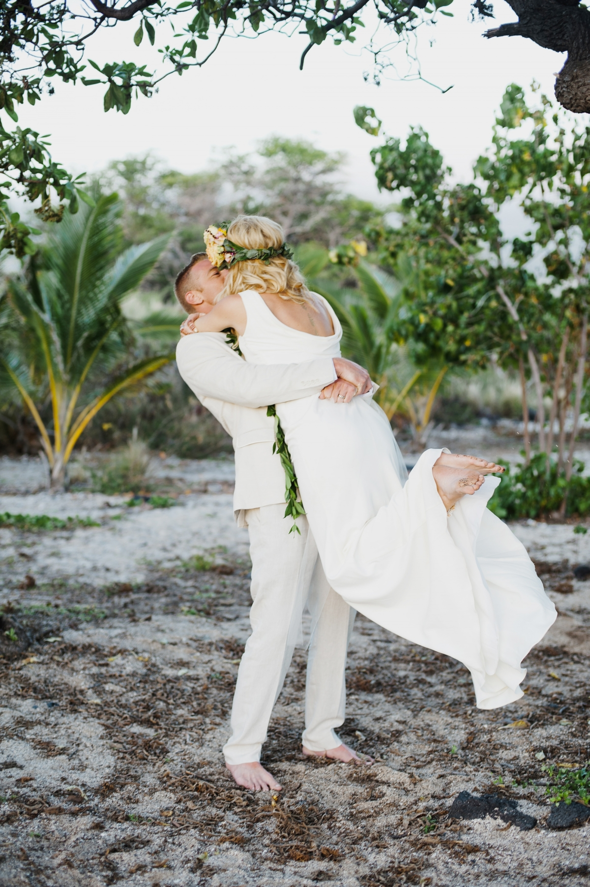Washington Beth And Tyler Jetted To Hawaii S Island Wed Barefoot On The Beach Along Kona Coast They Designed A Beautiful Intimate