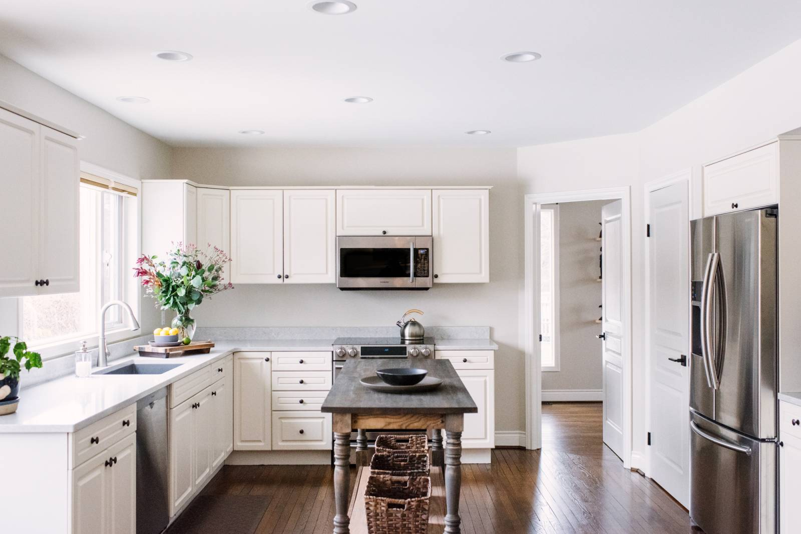 A beautifully decorated white kitchen designed by an Edmonton Interior Decorator