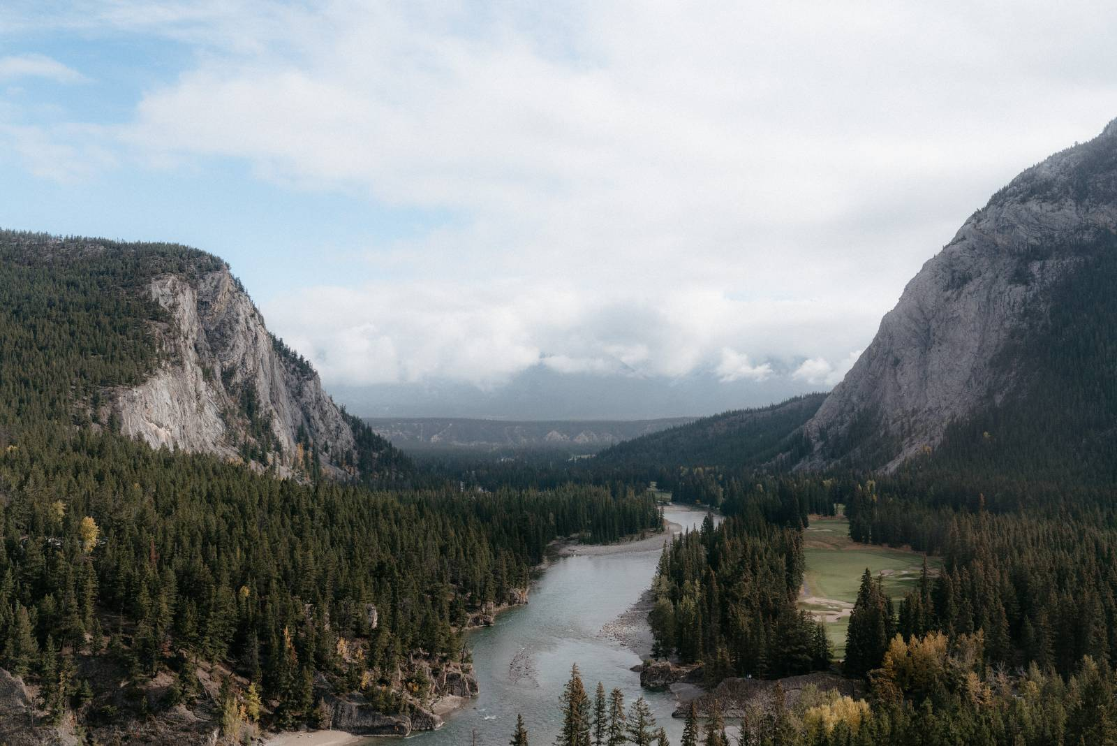 a foggy Banff elopement captured by Canadian wedding photographer Hennygraphy
